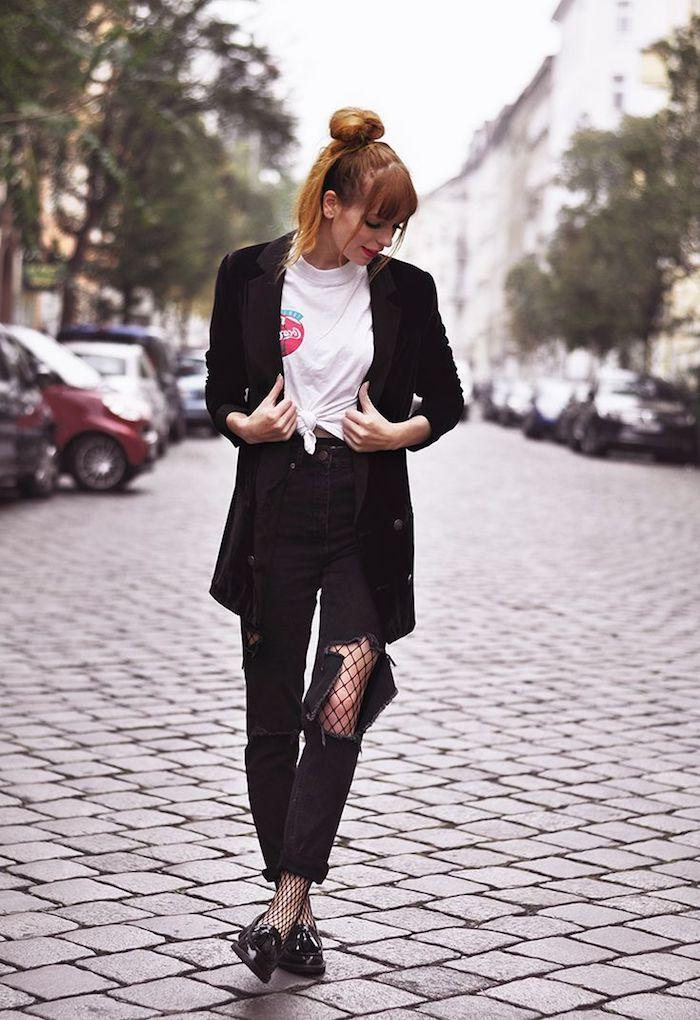 style vestimentaire femme, coiffure cheveux cuivrés avec frange et chignon haut, blazer noir et pantalon déchiré