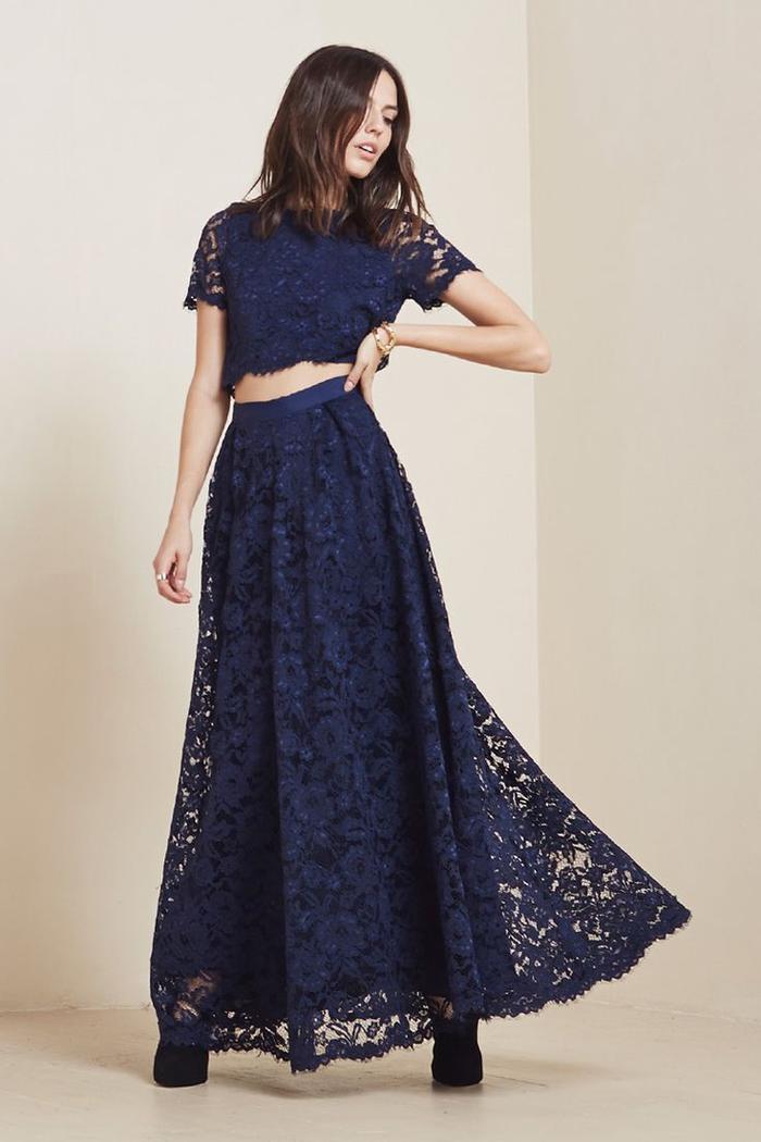 look de fille d'honneur bohème chic en robe deux pièces en matière et couleur assorties