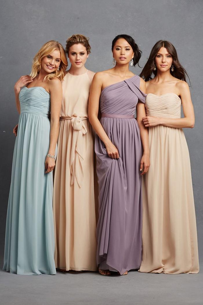 des modèles de robes de cérémonie uniques en matières fluides et couleurs neutres ou pastel
