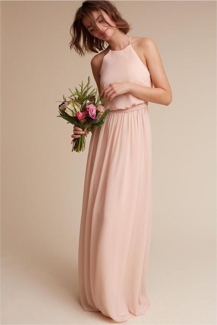 une robe de témoin d'honneur de style tunique en couleur rose poudré
