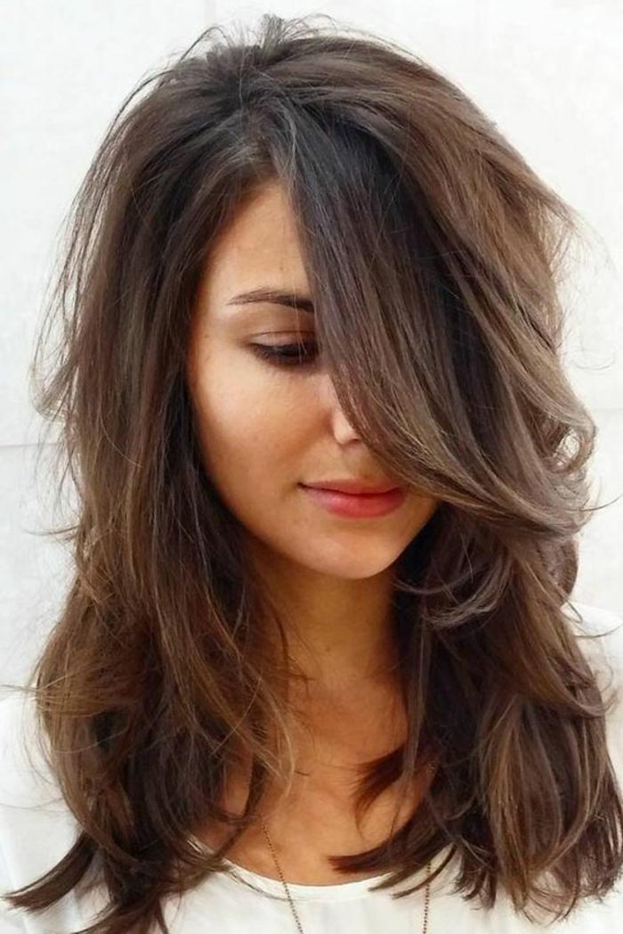 quelle coupe de cheveux sur une longueur en dessous des épaules en couleur chatain clair