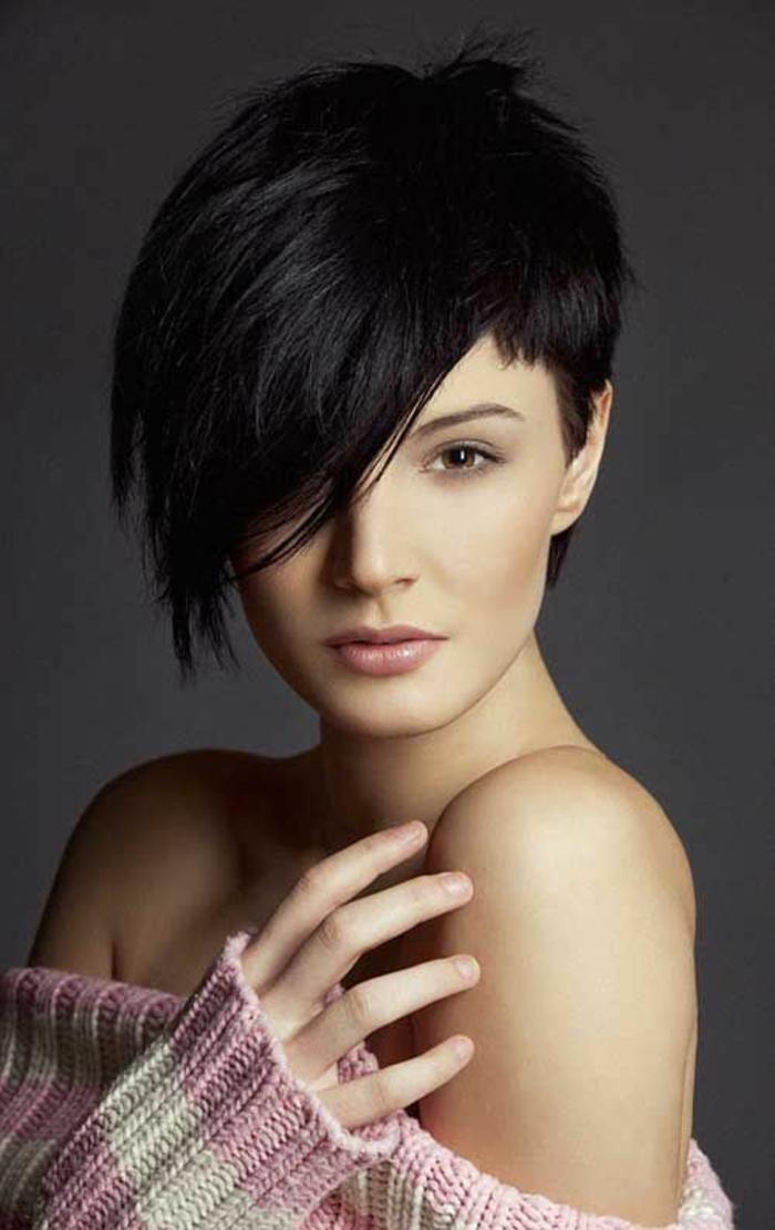 coiffure femme court avec la frange latérale fortement asymétrique