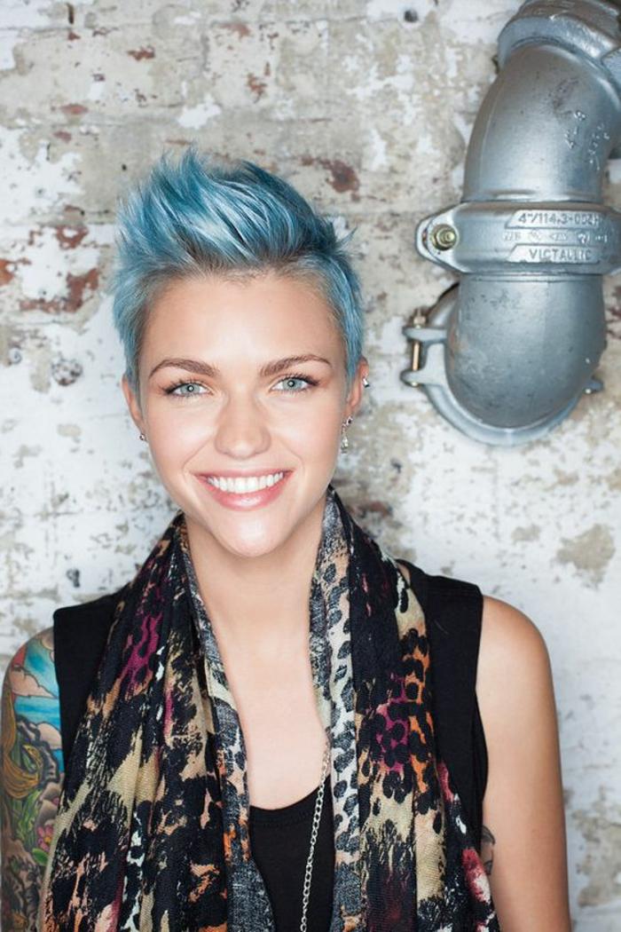 coupes de cheveux pixie en couleur bleue cotes rases style jeune et dynamique
