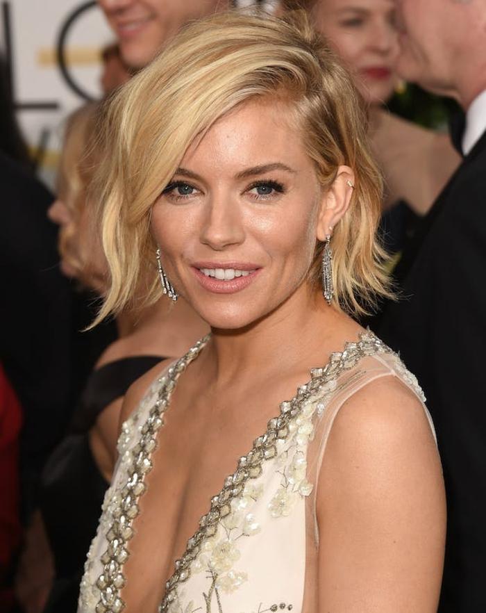coupes de cheveux rebelles et blondes avec frange laterale