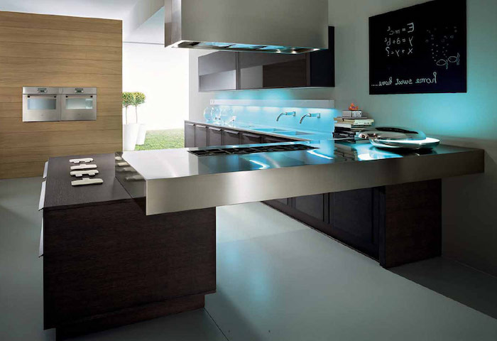 meuble cuisine, éclairage bleu sous meubles, grande fenetre sur le jardin, tableau noir sur le mur blanc