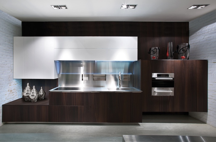 cuisine ouverte sur salon, meubles en bois avec évier en onyx, murs en briques peint en blanc