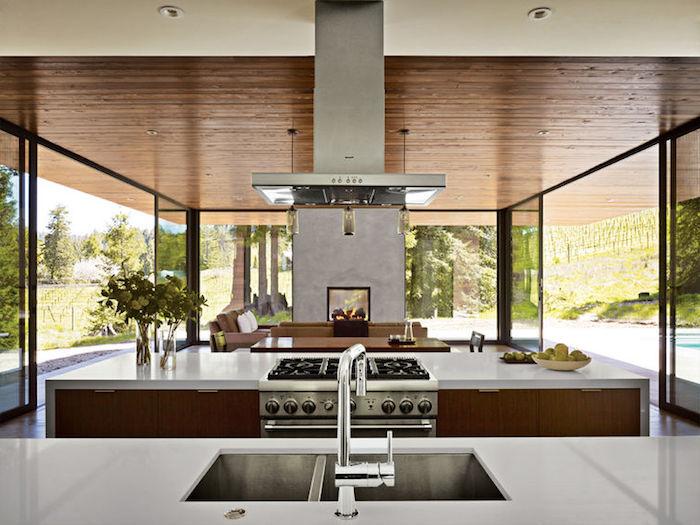 idee deco cuisine, grandes fenêtres sur le jardin, plafond blanc avec déco en bois, bouquet de fleurs vertes