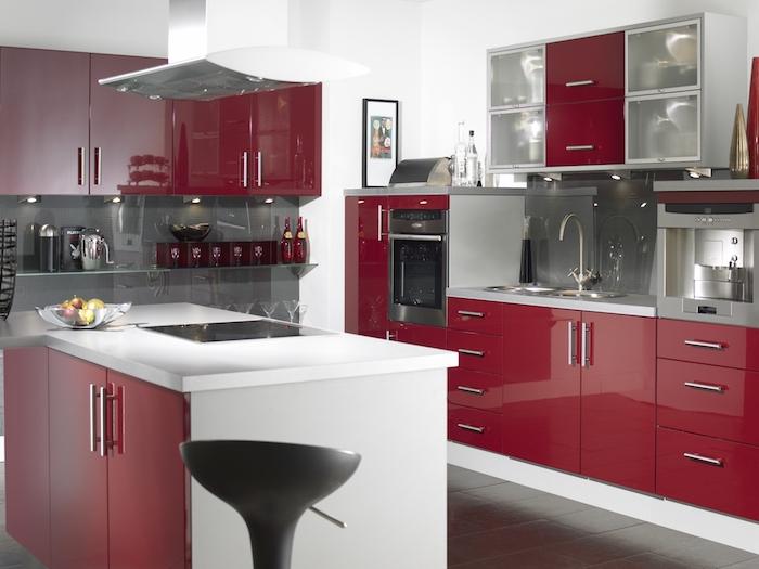 idée comment aménager une cuisine couleur bordeau, façade cuisine et îlot rouge, crédence et carrelage sol gris