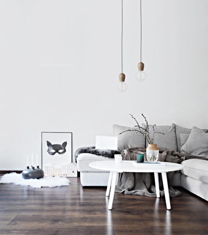 idée intérieur nordique avec des meubles scandinaves, canapé et table basse blanche, parquet marron foncé, decoration scandinave, suspensions industrielles