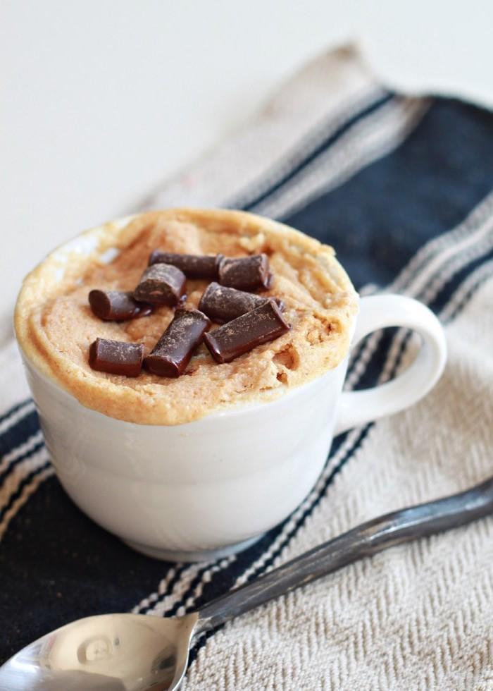 recette vegan de mug cake vanille au beurre de cacahuète cuit en deux minutes au micro-ondes