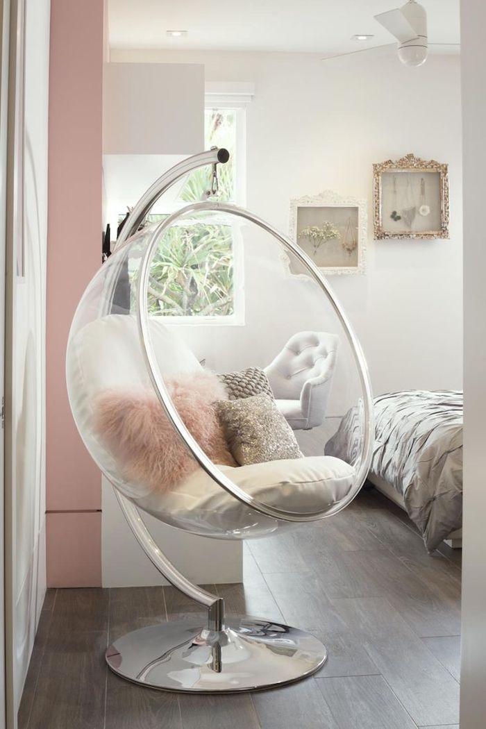 couleur pastel sur les murs, chambre blanche avec kingsize bed, couverture de lit en satin gris