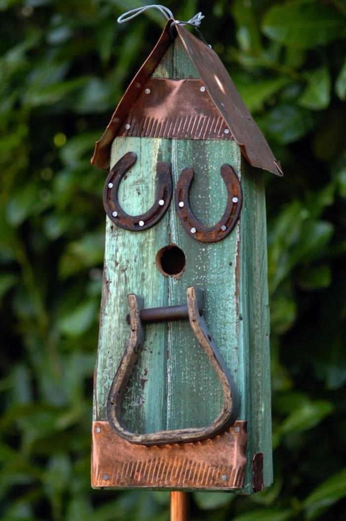 nichoir mésange, design rustique, maisonette en bois peint vert à accrocher dans le jardin