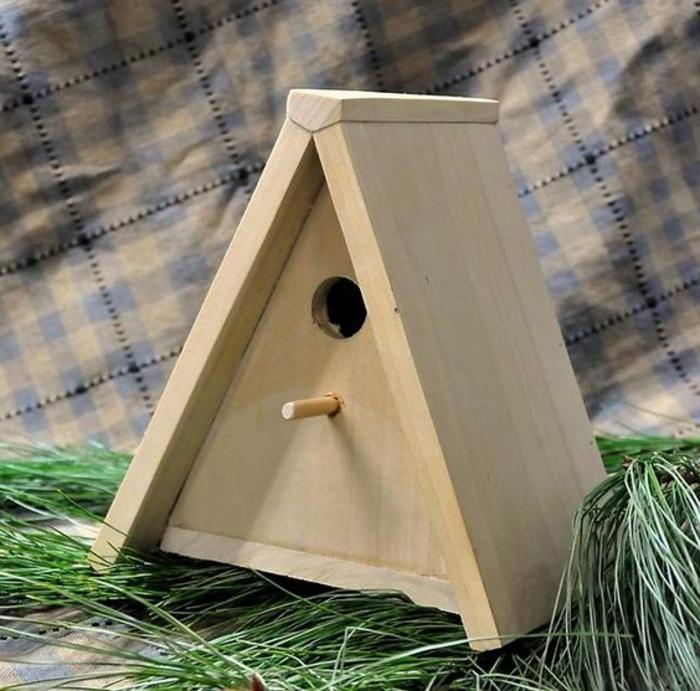 nichoir mésange, cabane en bois design triangulaire, branches de pin