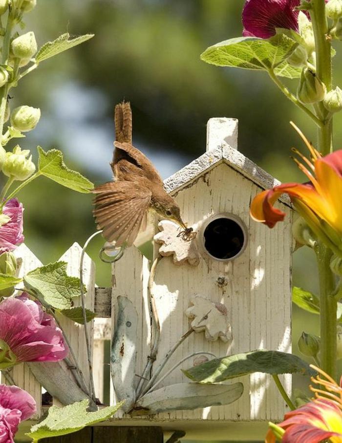 nichoir mésange blanc en bois, jolie maison style shabby chic dans le jardin