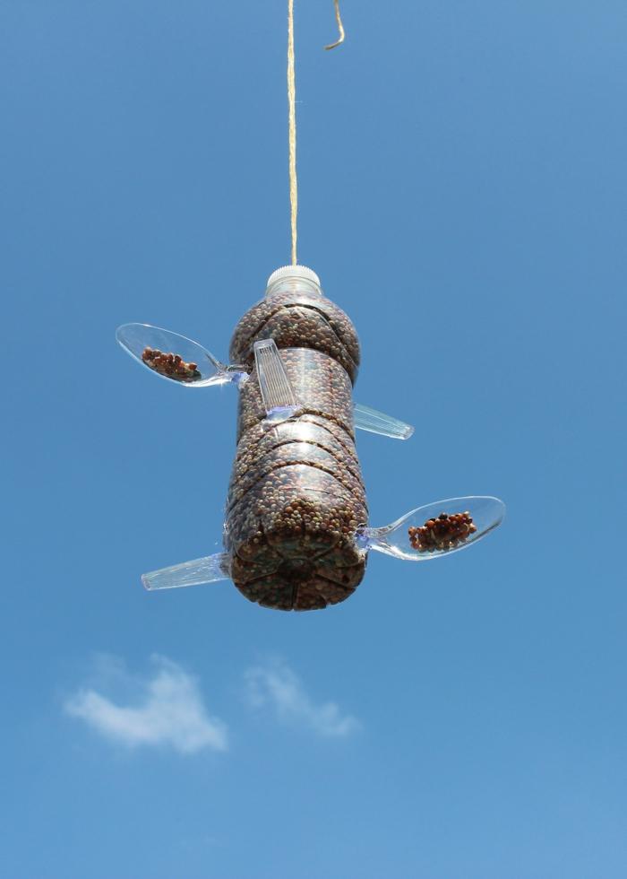 nichoire oiseaux en bouteille plastique, un simple mécanisme pour distribuer des pépines