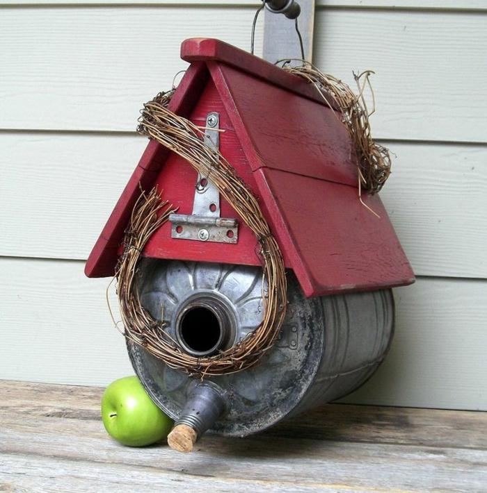 nichoir oiseaux en matériaux rustiques, maisonette en arrosoire et bois recyclé