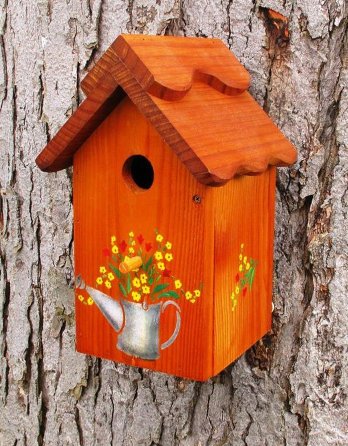 nichoirs oiseaux, maisonette pour oiseaux orange montée à un arbre