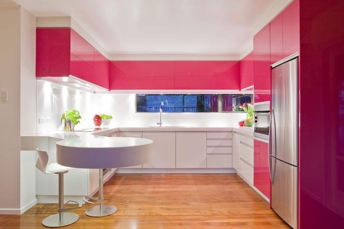 decoration interieur, aménagement cuisine moderne aux murs blancs et armoires framboise, ilot rond et blanc