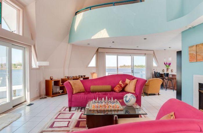 couleur framboise, portes coulissantes vers le balcon, salon aux murs beige et bleu turquoise, aménagement nuance framboise