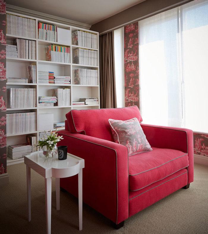 rouge framboise, idée aménagement salon, espace de lecture au tapis beige et rideaux marron, fauteuil en tissu nuance framboise