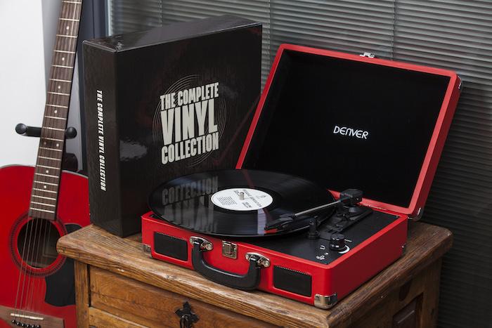 platine vinyle en forme de malle rouge avec intérieur noir, idée de cadeau fête des grands pères vintage