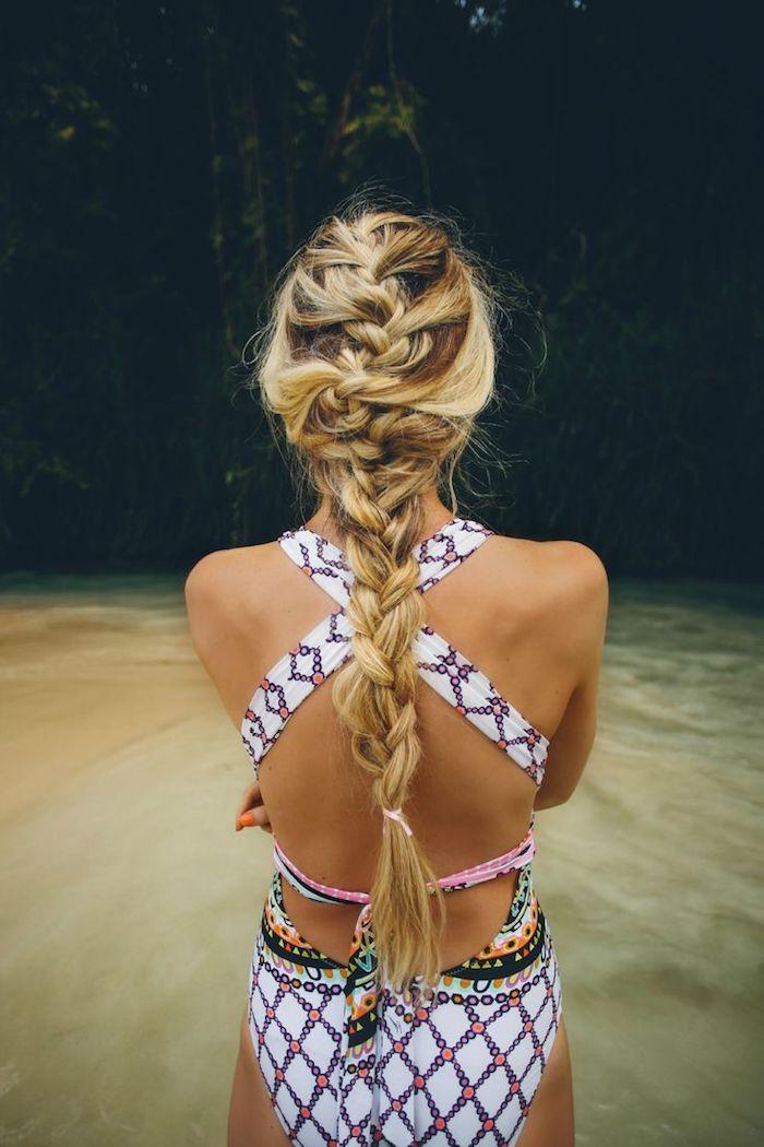 balayage sur cheveux chatain, coiffure cheveux longs attachés en tresses, maillot de bain une pièce