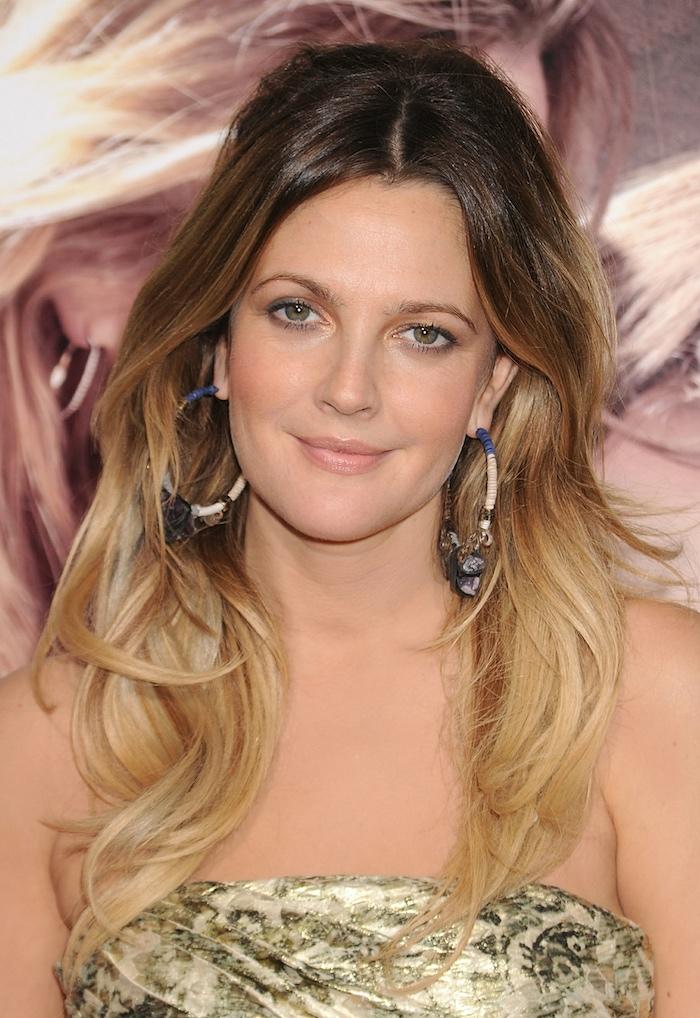 couleur de cheveux tendance, célébrité femme aux yeux verts, coupe de cheveux longs avec racines foncées