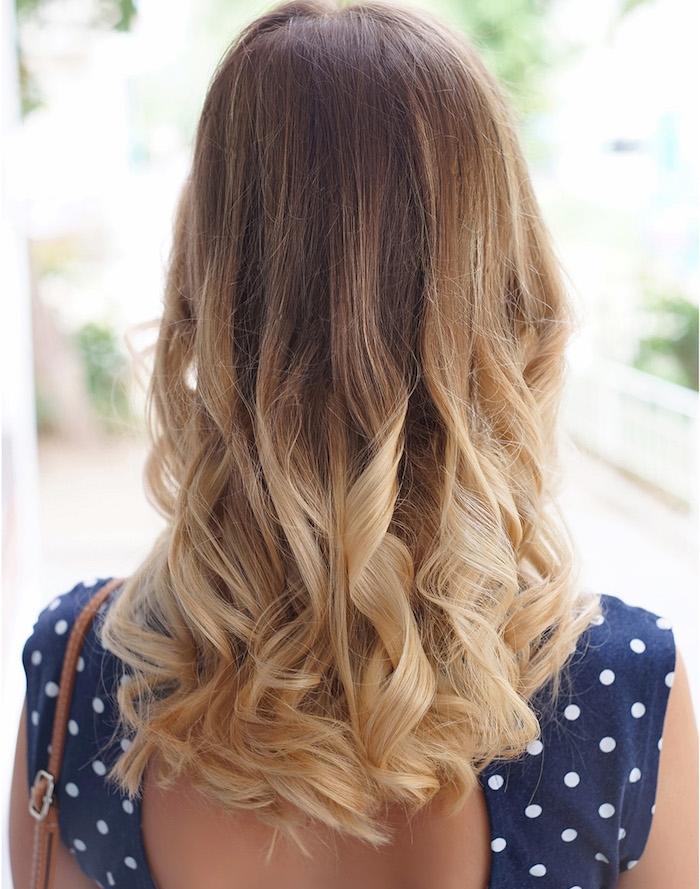 balayage sur cheveux chatain, coiffure femme aux cheveux longs avec boucles sur les extrémités