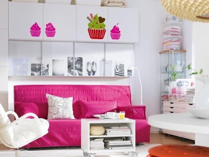 rouge framboise, salon aux murs blancs et planche en bois, lustre à motifs origami jaune, coussin à motifs feuilles en blanc et noir