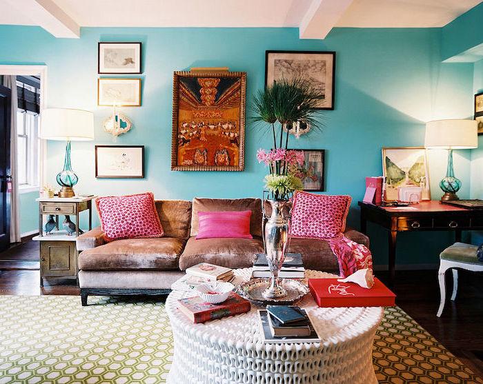 deco maison, salon bohème aux murs turquoise et plafond blanc, tapis à motifs géométriques en blanc et vert