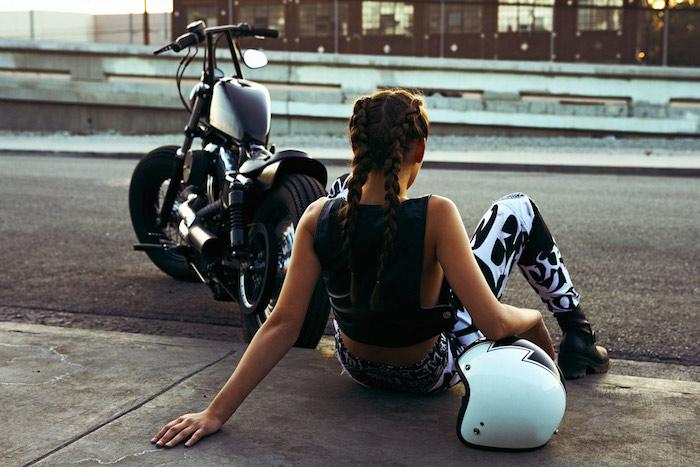 comment bien s habiller, tenue motocross pour femme, top crop en cuir noir avec legging blanc et noir