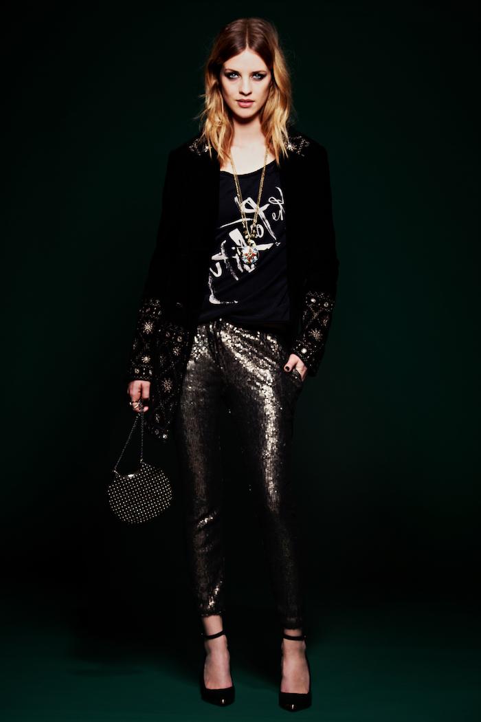 look rock glamour, pantalon effet brillant foncé avec chaussures noires à talons, balayage californien sur cheveux mi longs