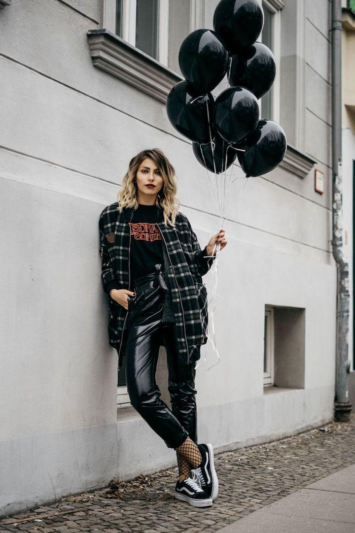 tendance fashion, balayage californien avec racines foncés sur cheveux mi longs, chemise loose à carreaux avec t-shirt noir et rouge