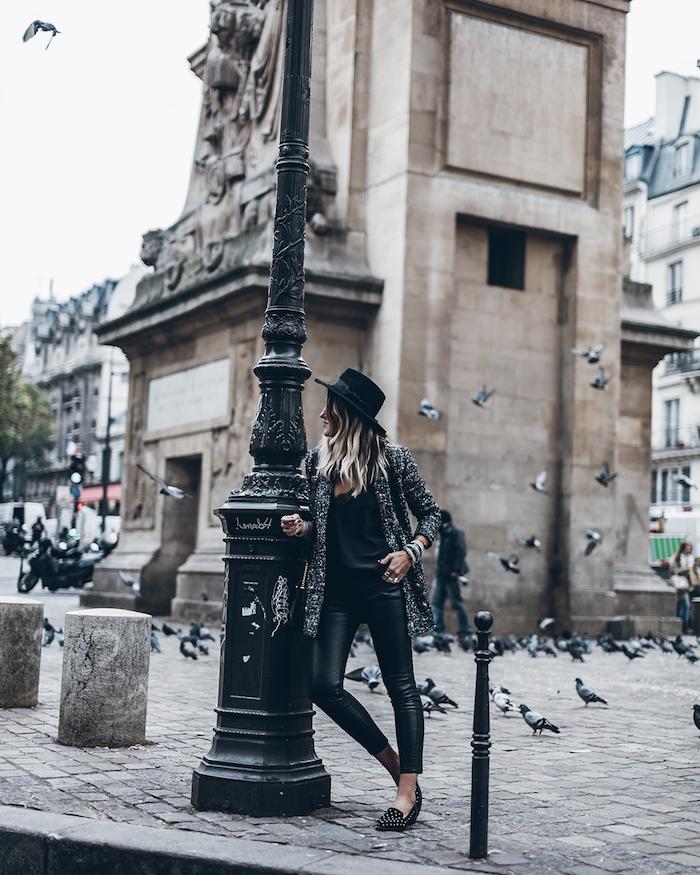 comment bien s habiller, femme aux cheveux longs foncés avec mèches blondes, blazer gris et noir avec pantalon simili cuir