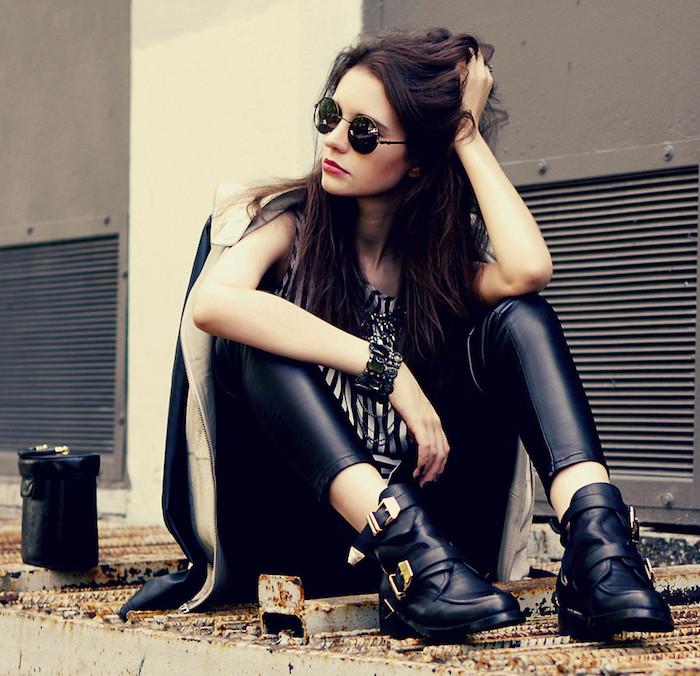 tenue rock, bottine en cuir noir avec boucles en nuance or, manteau et sac en cuir noir pour femme