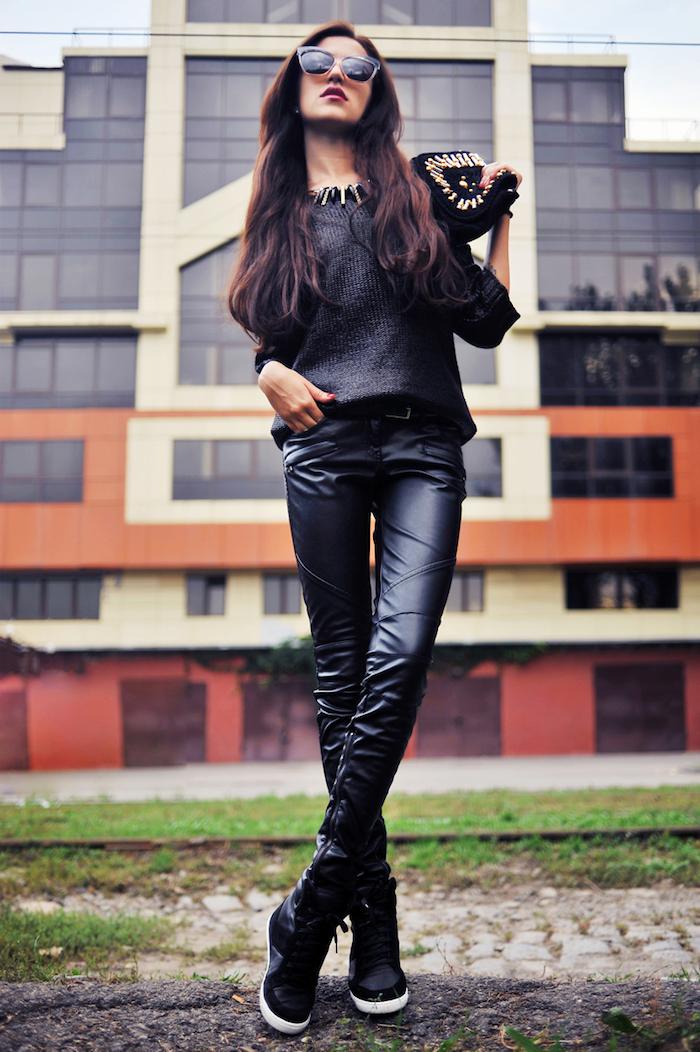 tendance fashion, pochette noir avec paillettes et studs en or, collier métallique en noir pour femme