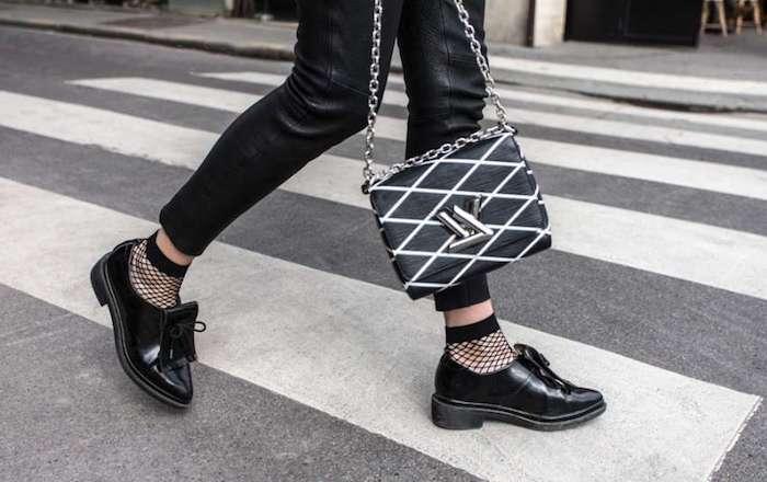 accessoires pour style rock, pochette blanc et noir avec pantalon en simili cuir noir et espadrilles en noir