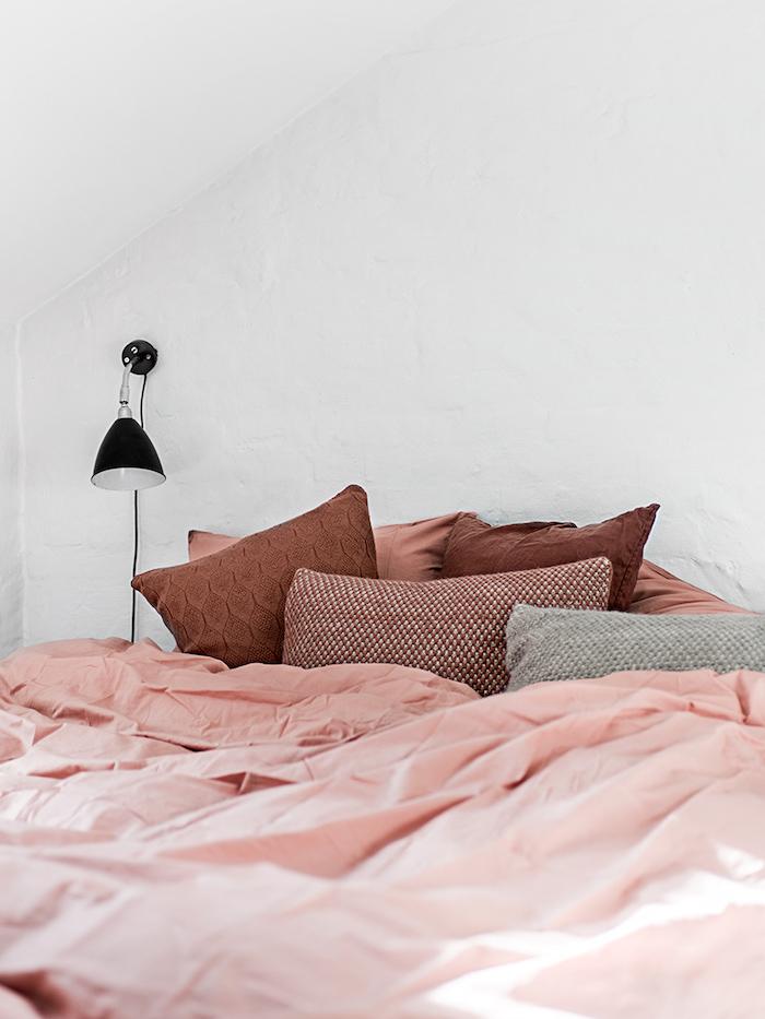 idée comment décorer son lit, ambiance cozy dans la chambre à coucher, coussins décoratifs en marron