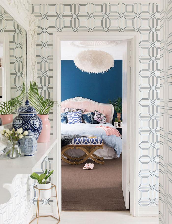 comment aménager le couloir, luminaire à décoration faux fur blanc, chambre à coucher aux murs bleu foncé et lit en rose pastel