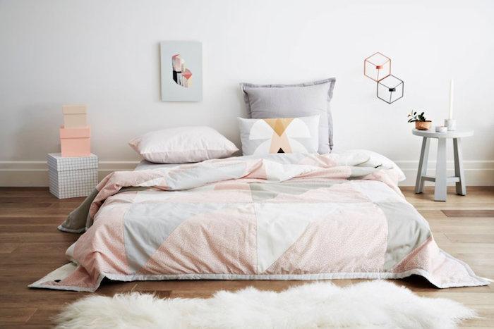 astuces pour associer le rose pastel dans la déco, lit bas avec couverture rose et gris, tapis en faux fur blanc