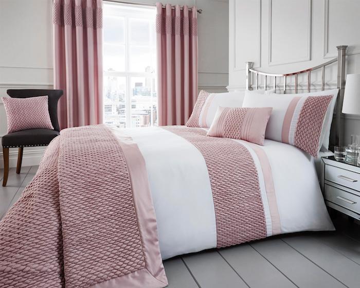 chambre à coucher en rose et blanc, grande fenêtre vue vers la ville, lampe de chevet en blanc, chaise en cuir noir