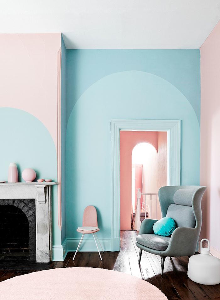 idée peinture salon, plafond blanc avec murs en rose et bleu pastel, cheminée aux briques et marbre
