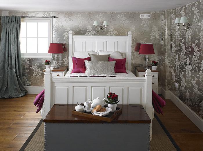 decoration interieur, rideaux longs en gris foncé, fenêtre à carreaux blanche, lampe de chevet en verre et rouge