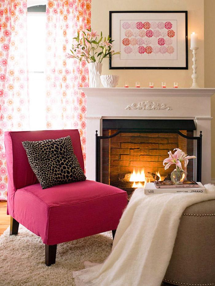 deco maison, salon aux murs beige et plafond en bois, pouf grand en nuance taupe, coussin décoratifs à motifs animal