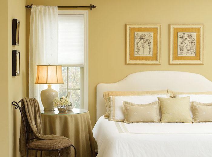 peindre murs de chambre en peinture coloris lin et lit blanc