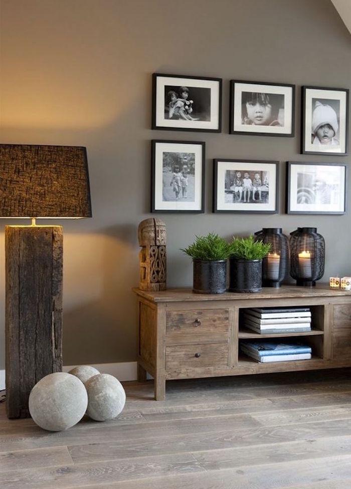 mur de salon gris taupe clair et meuble bois vintage
