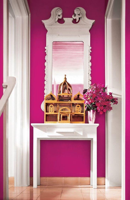 tendance deco, carrelage sol en beige, couloir en blanc et framboise, miroir rectangulaire à déco vintage blanche