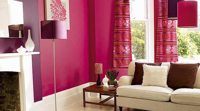 decoration interieur, grandes fenêtres vers le jardin, canapé beige avec coussins marrons, lampe sur pied violet