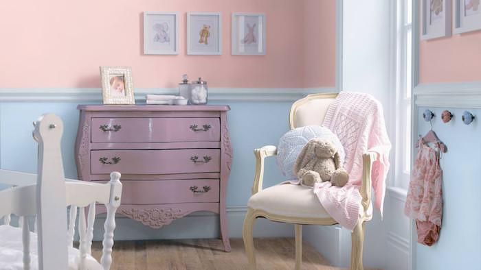 chambre d'enfant aux murs pastel, peinture bleu et rose pour chambre à coucher, armoire vintage peint en violet claire