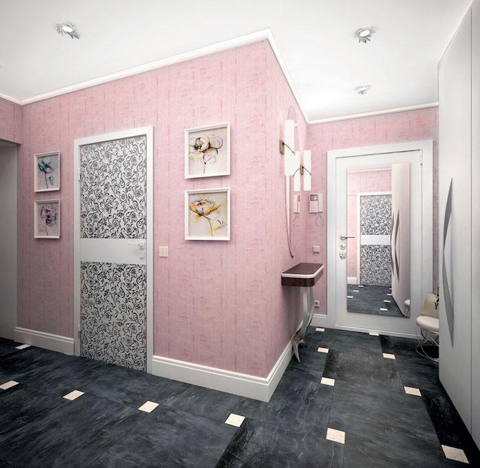 couloir aux murs rose et plafond blanc, peinture à motifs floraux avec cadres blancs, carrelage de sol en noir et blanc